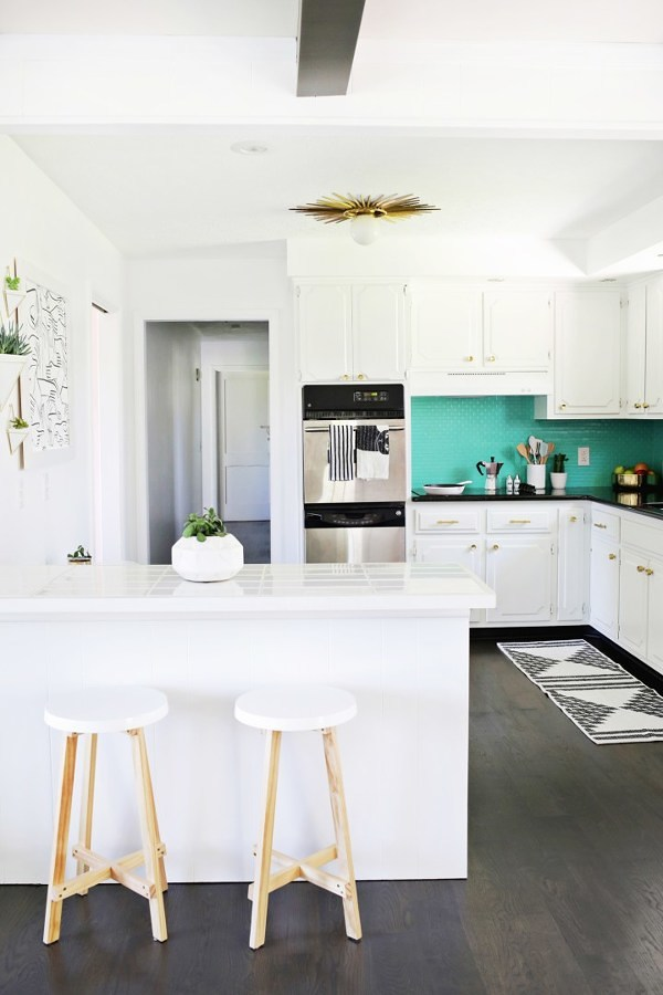 Cocina blanca con azulejos
