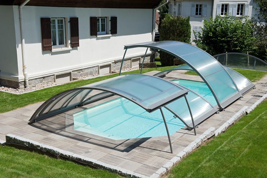 Alberca exterior con cubiertas curvas