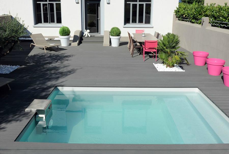 Foto terraza con alberca peque a y piso de madera 258967 for Disenos de albercas pequenas