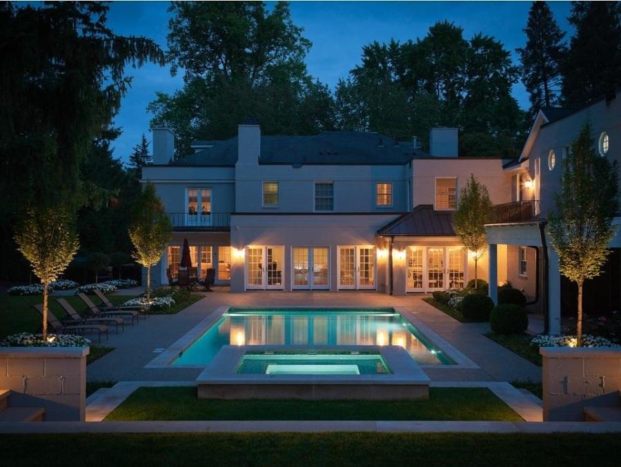 Alberca y casa con simetría