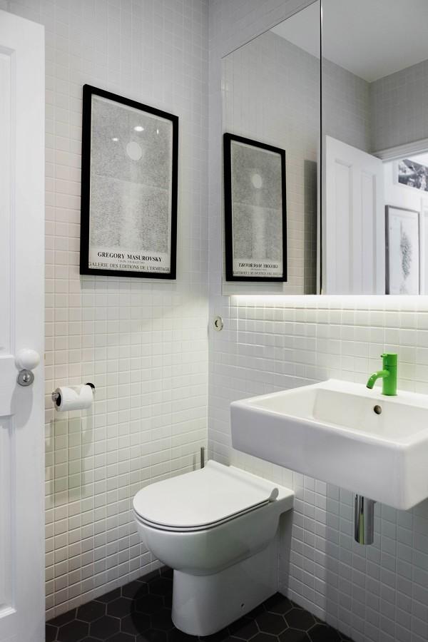 Baño con revestimiento de azulejos blancos