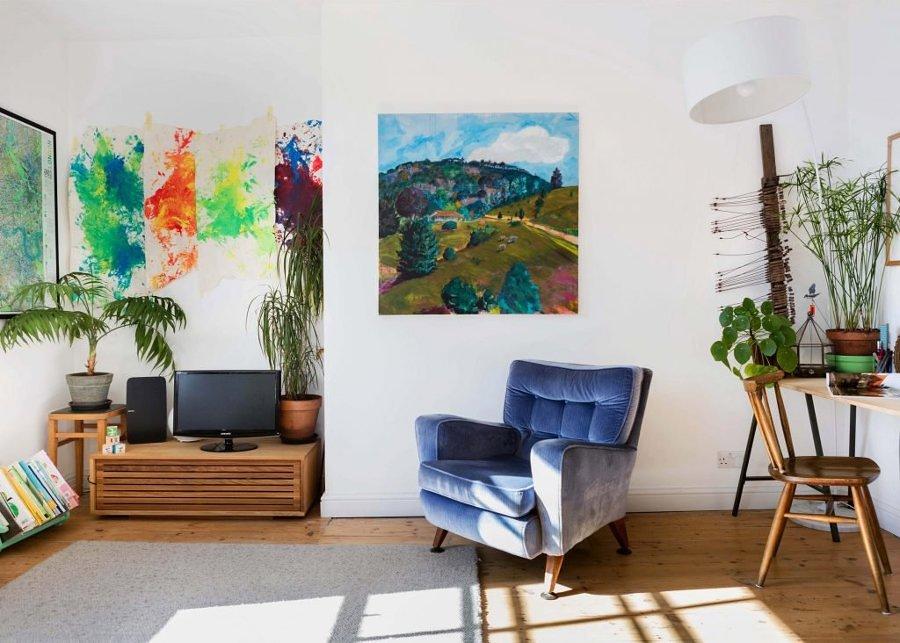Sala con cuadros de colores
