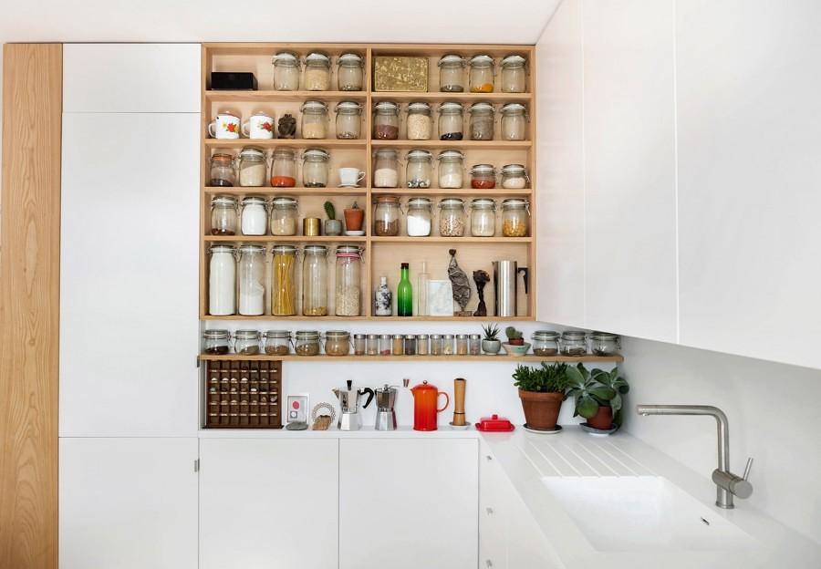 Cocina blanca con estantería