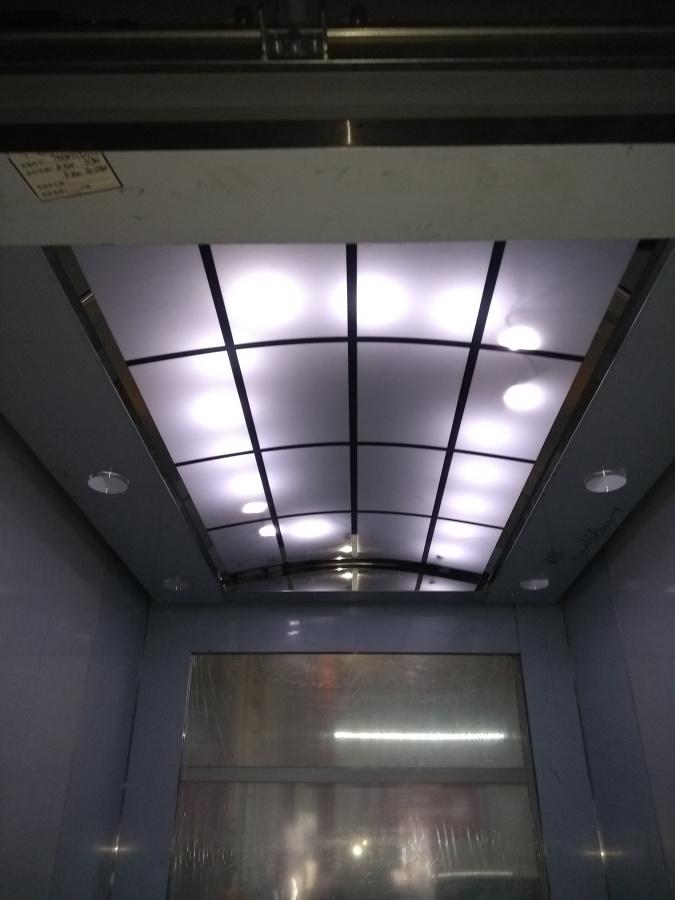 Plafón con iluminación LED, y pared de cristal