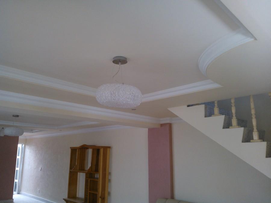 Foto plaf n en sala comedor de t c transforma y for Plafones de pared para escaleras
