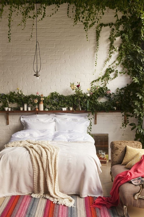 Recámara decorada con plantas y pared de ladrillo