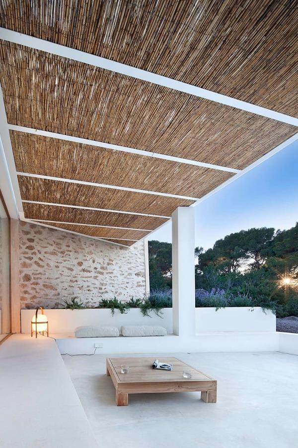 Terraza con techo de caña