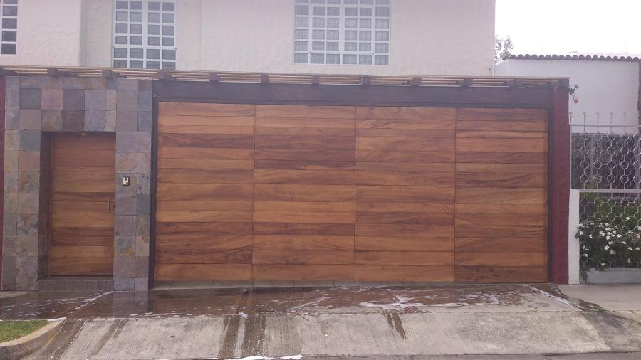 Foto port n el ctrico y fachada de jcv construcciones for Fachada de casas modernas con porton