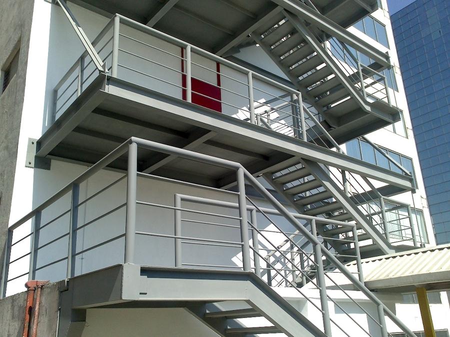 Primero y segundo piso de las escaleras de emergencia.
