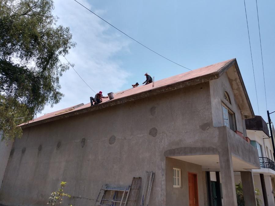 Proceso de colocación de impermeabilizante sobre techo inclinado