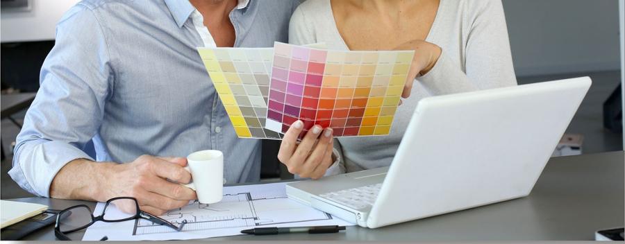 Profesionales viendo gamas de colores