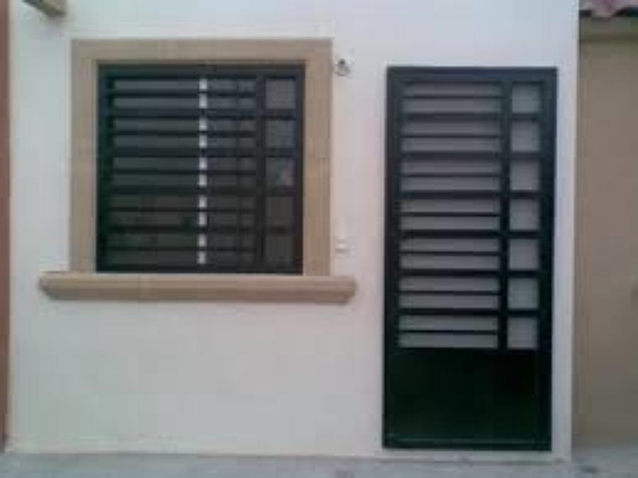 Foto protector y puerta minimalista de taller de herrer a for Puertas principales de herreria elegantes