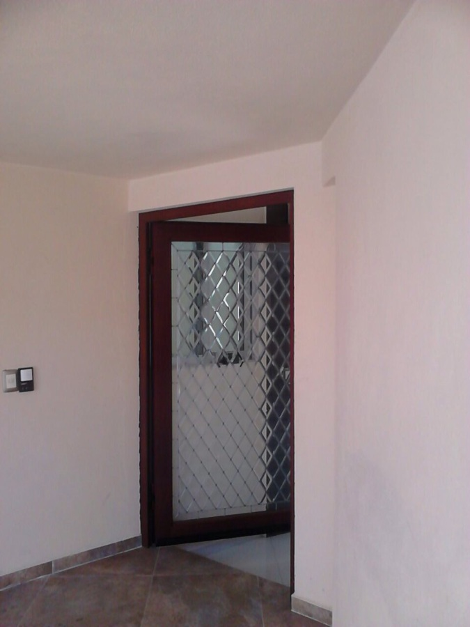 Puerta aluminio color madera con vitral