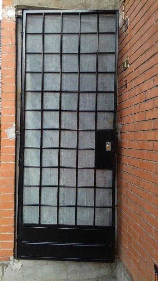 Foto puerta cuadr culada con malla mosquitera de for Precio de puertas plegables
