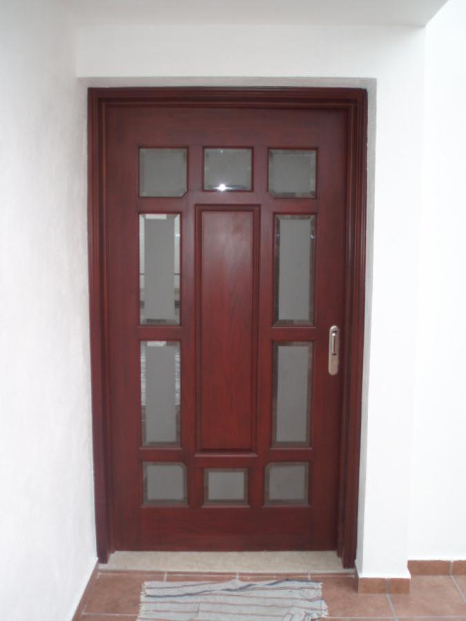 Foto puerta de acceso al interior de la casa de mag - Puertas de casa interior ...