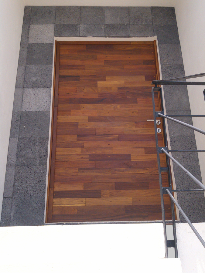 Puerta de acceso principal en madera de cumaru