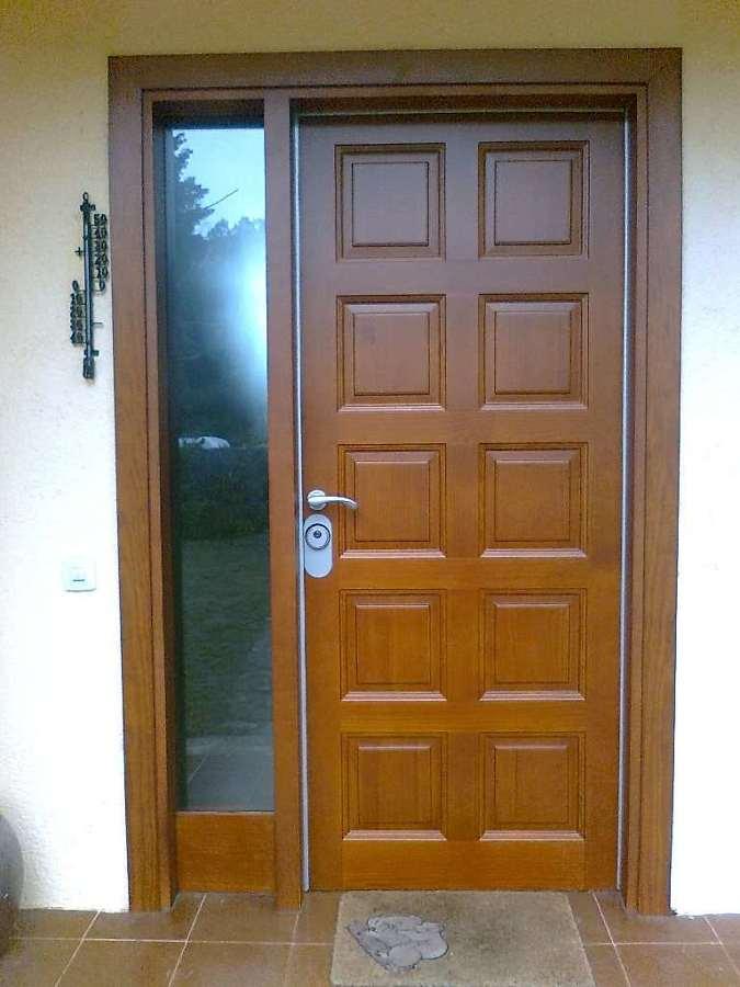 Foto puerta de exterior barnizada de ebanisteria for Ver puertas de madera
