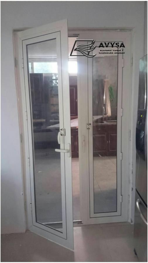 foto puerta oscilobatiente en aluminio de avysa 210397