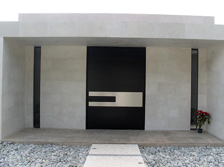 Foto puerta principal de grandes dimensiones de ebanisart for Puertas para casas minimalistas