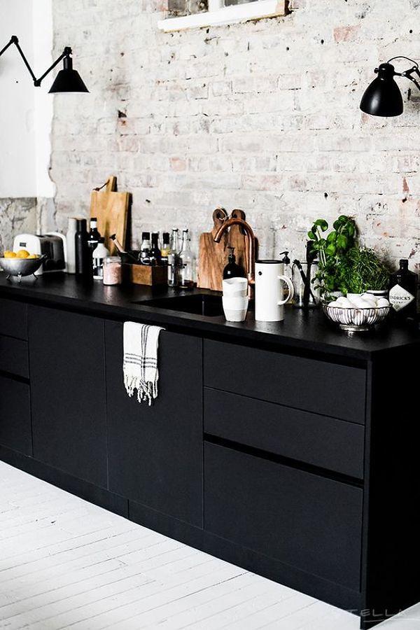 Cocina con alacenas en color negro