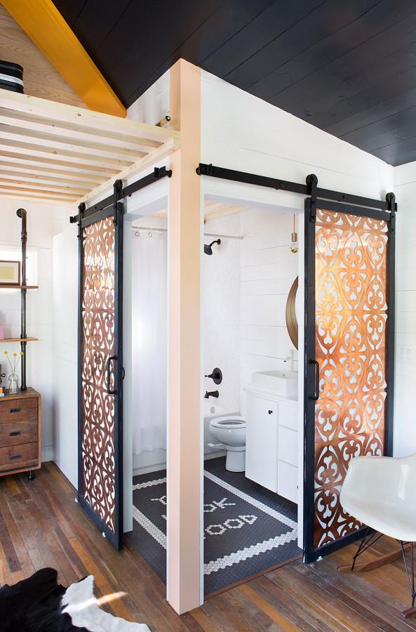 Puertas corredizas con madera grabada