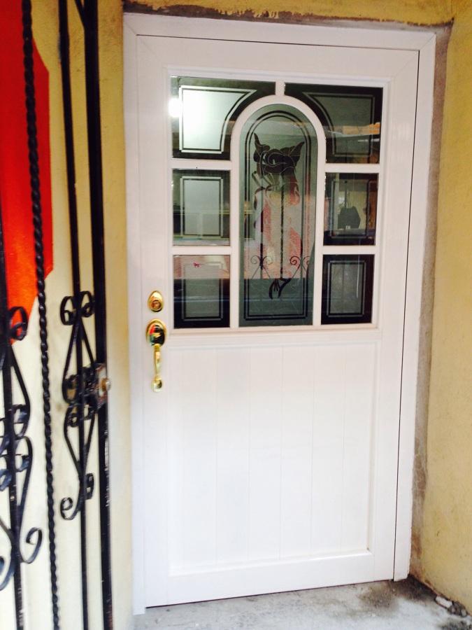 Foto puertas de entrada con grabados de crismar 141792 for Puertas de metal con vidrio
