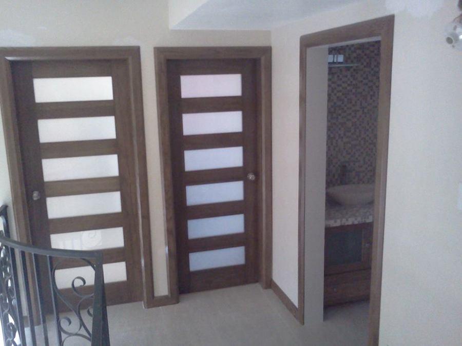 Foto puertas de madera con vidrio arenado de proycon for Puertas interiores de madera con vidrio