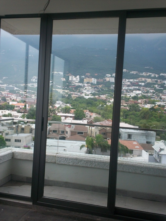 Foto puertas y ventanas de aluminio color gris titanio for Ventanas de aluminio en monterrey
