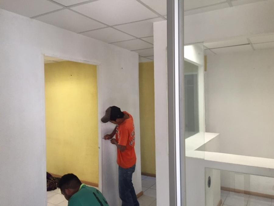 quitando marcos de puertas para pintar