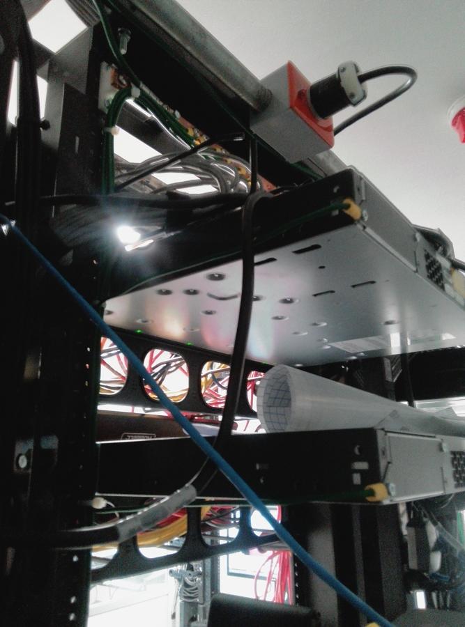 rack s con equipo de comunicacion