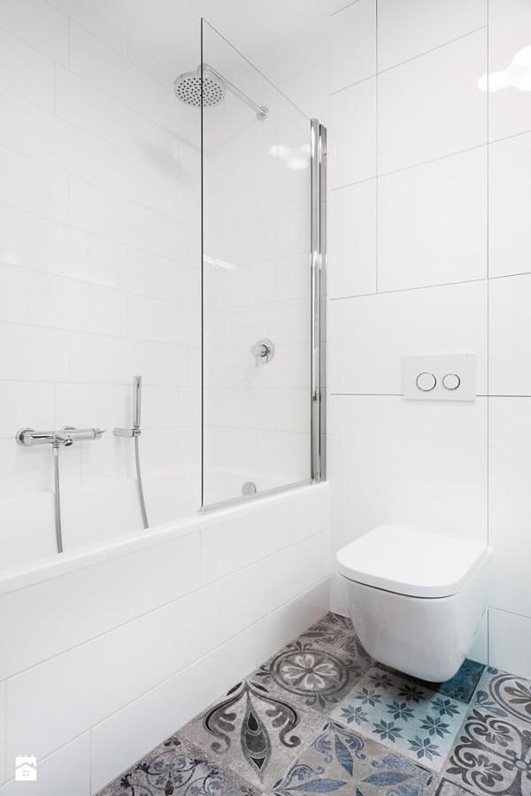 Baño con piso hidráulico, WC suspendido y regadera con cancel