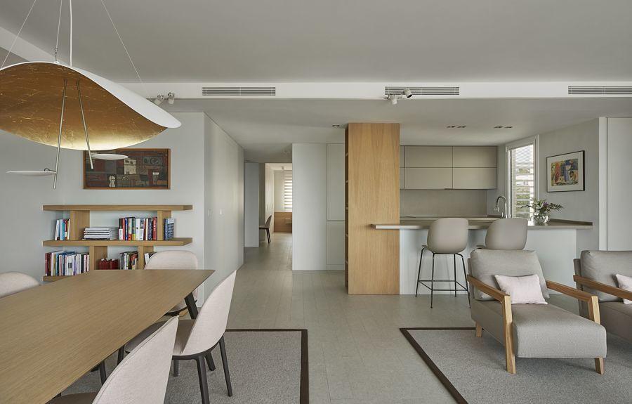 Reforma integral de vivienda con salón y cocina comunicados.