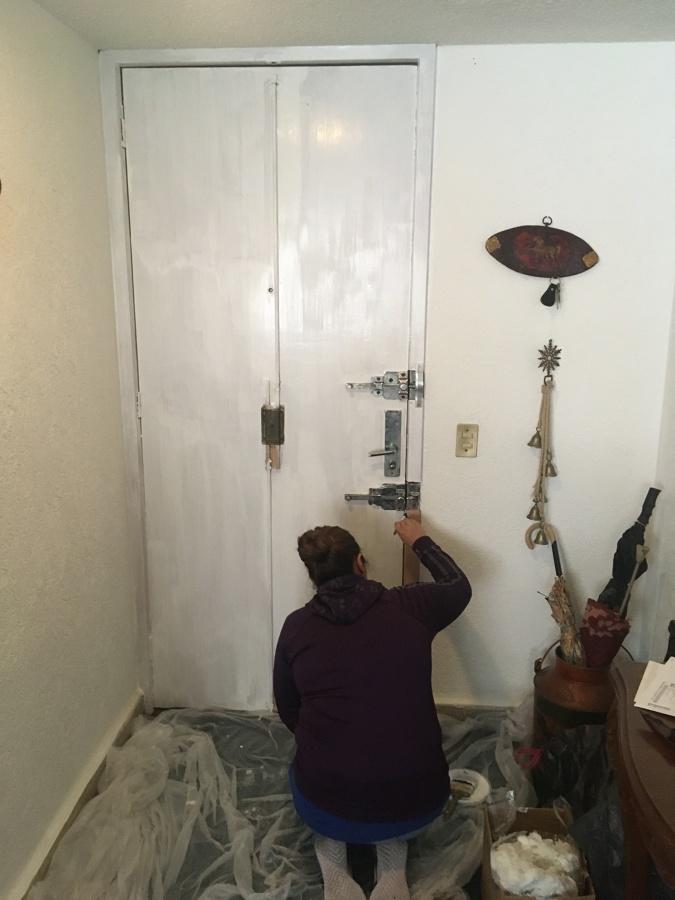 Resane y pintura en puerta principal