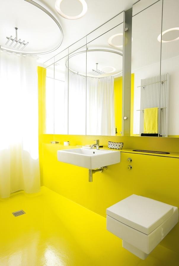Baño con resina epóxica amarilla