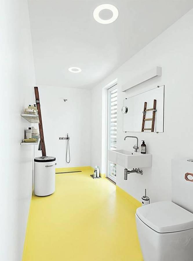 Baño con piso de pintura epóxica amarilla