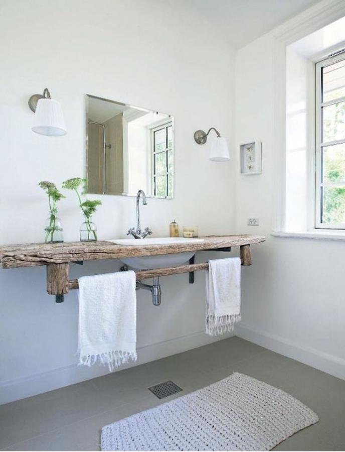 Baño con barra de madera reciclada