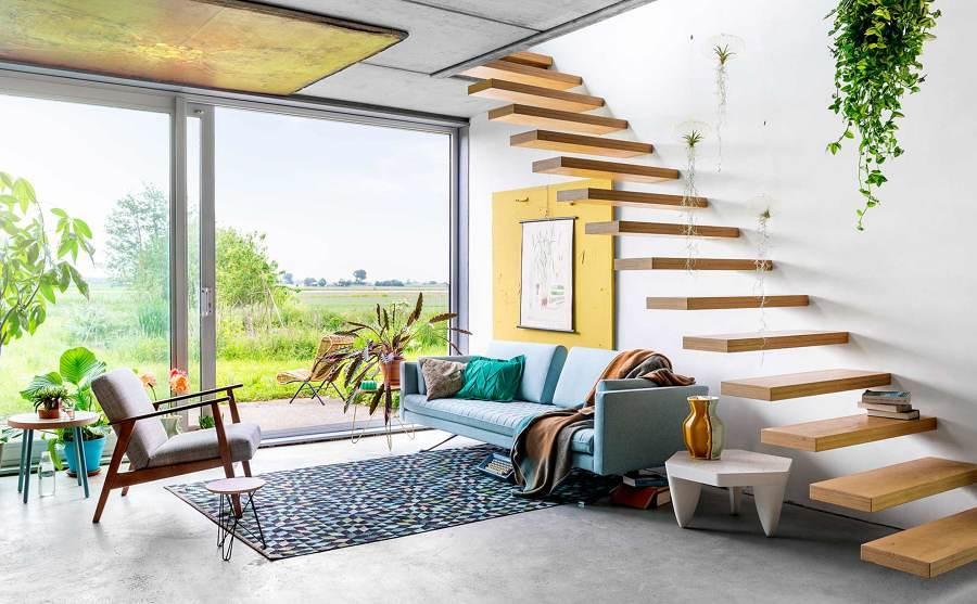 Foto sala amplia con ventanas y escaleras 245642 for Salas con escaleras