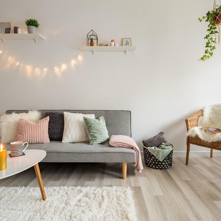Sala con pared balnca y sillón