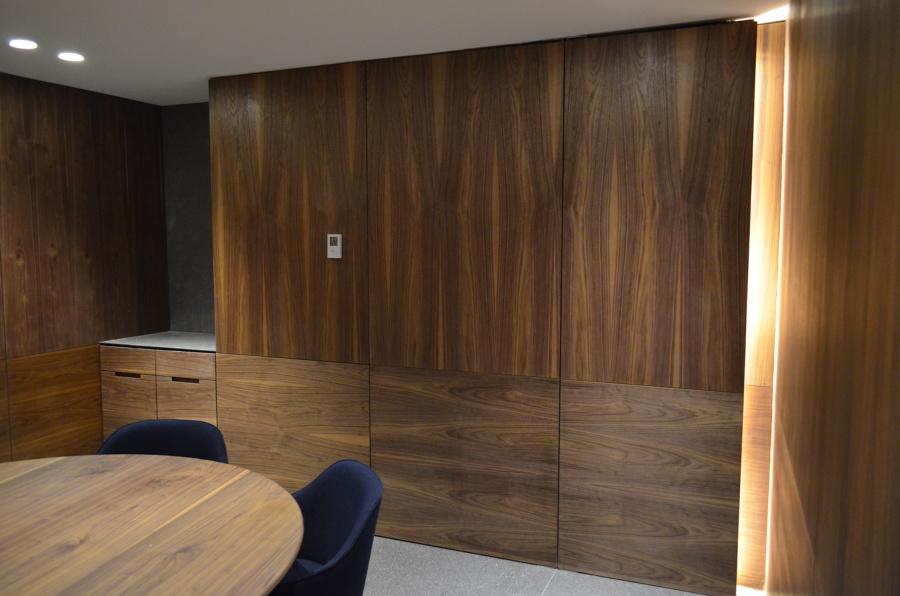 sala de juntas muro y plafones de madera de nogal