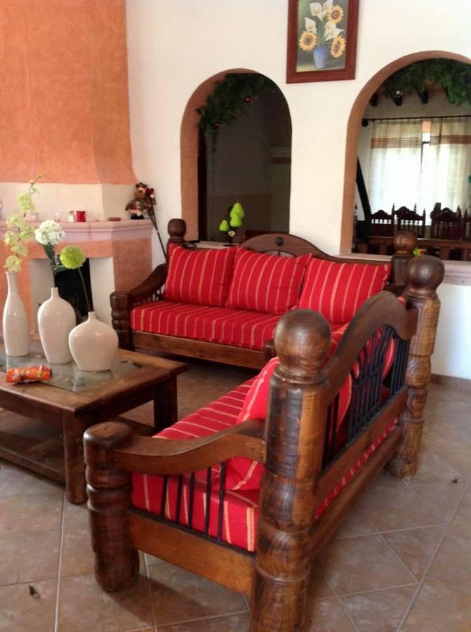 Sala en madera de pino y fundas color rojo