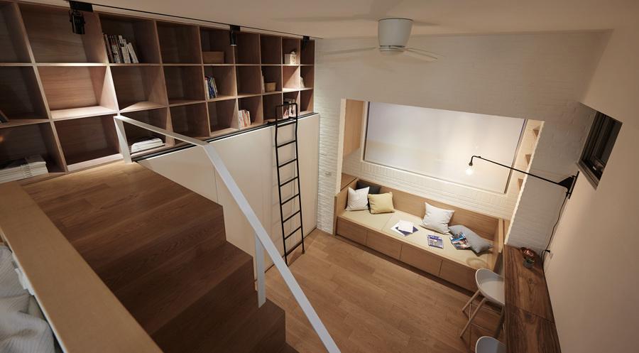 Sala pequeña de madera con estanterías