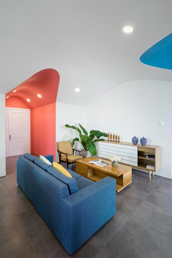 Sala con mobiliario y decorada con color