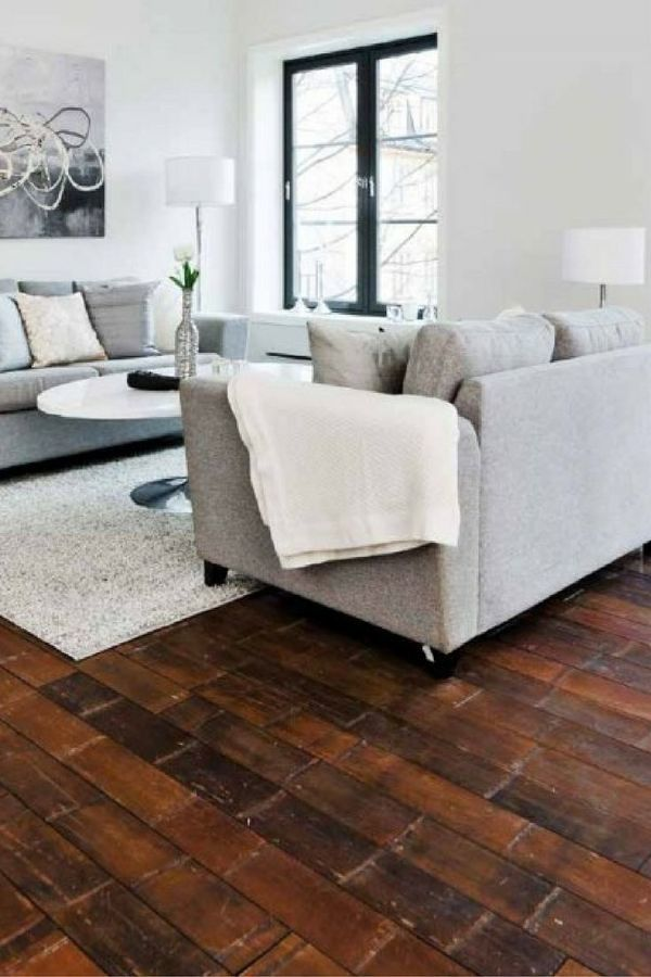 Sala con piso de madera rústica