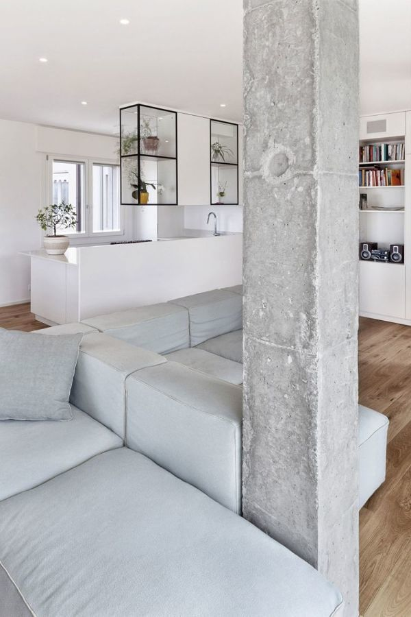 Sala con columna de concreto