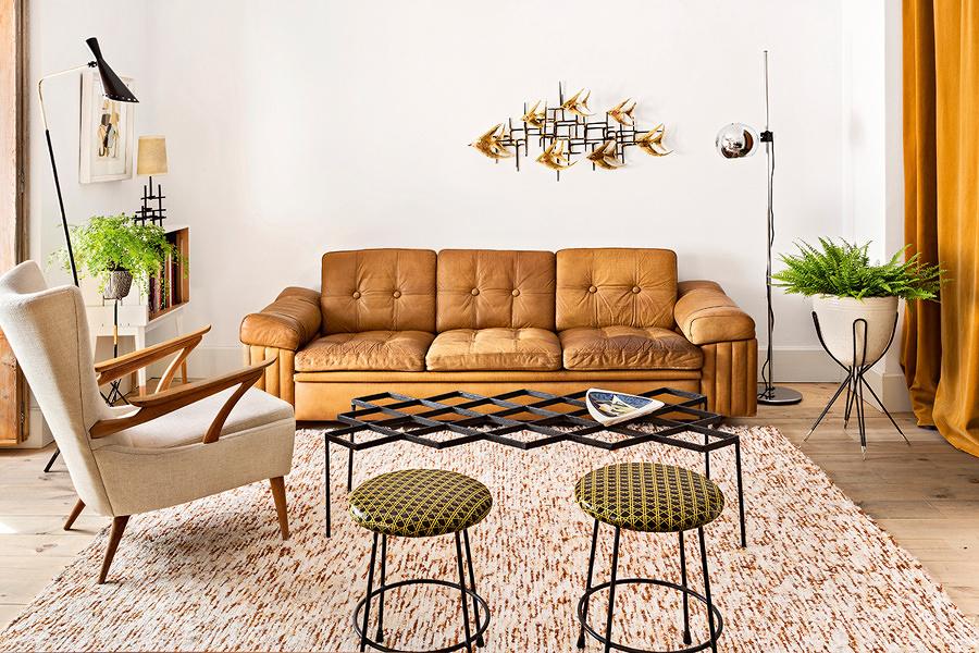 Sala estilo vintage con tapete grande