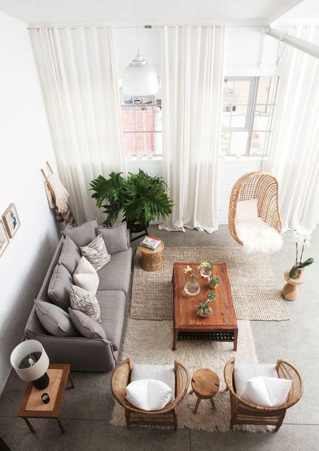 Sala con sillón, tapetes y sillas