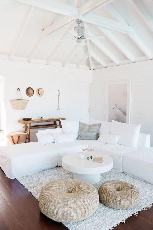 Sala estilo nórdico con sillones blancos y piso de madera