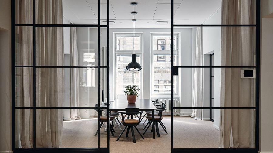 Comedor con puerta de vidrio e hierro forjado