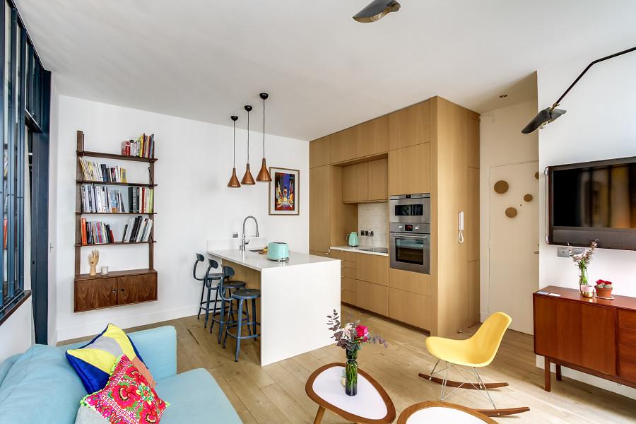 Sala abierta con mobiliario de madera