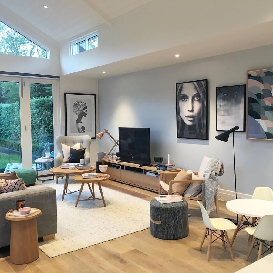 Sala con mueble de madera a la medida, cuadros y ventanas